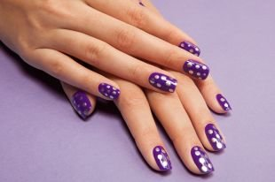 Рисунки дотсом на ногтях, фиолетовый маникюр в серебристый горошек на коротких ногтях