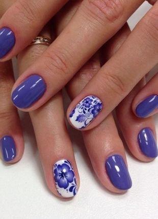 Рисунки цветов на ногтях, синий глянцевый маникюр с цветами
