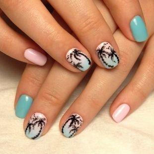 "Рисунки на ногтях на морскую тематику, розово-голубой маникюр в технике ""омбре"" с пальмами"