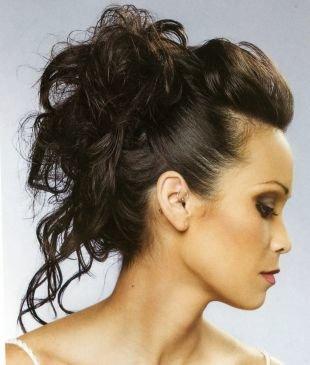 Цвет волос темный каштан, прическа с заколотыми накрученными прядями