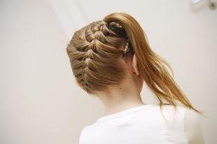 Прически на бок на средние волосы, детская прическа на выпускной с косой и хвостом