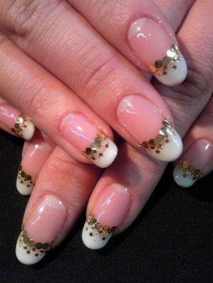 Маникюр на средние ногти, белый френч с золотистыми блестками