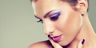 Макияж для брюнеток к синему платью, макияж глаз под розовую помаду