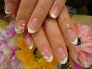 Персиковый маникюр, свадебный френч с цветами и золотистой каемочкой