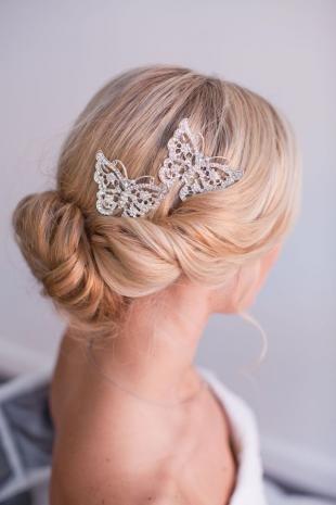 Бежевый цвет волос, аксессуары для прически невесты