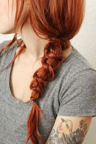 Ярко рыжий цвет волос, прическа с оригинальным плетением