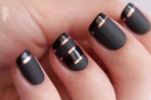 Черный френч, золотые полоски на черных матовых ногтях