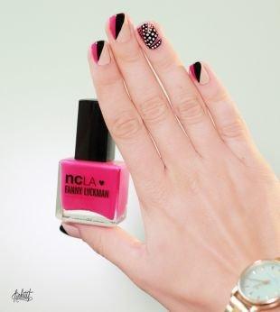 Абстрактные рисунки на ногтях, смелый розово-черно-бежевый маникюр с узором по фен-шуй на коротких ногтях