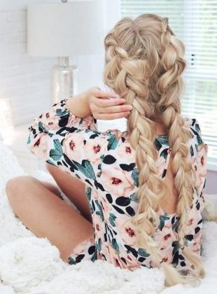Бежевый цвет волос, прическа с двумя объемными косами