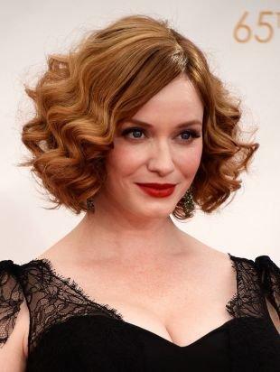 Светло медный цвет волос, классическое каре с голливудскими локонами
