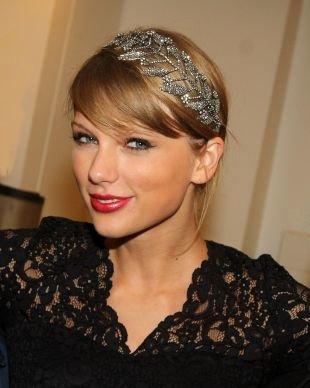 Цвет волос темный блондин, прическа на выпускной с блестящим ободком в виде веточки