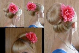 Высокие прически на средние волосы, прическа с бубликом и цветком