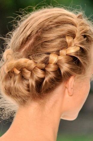 Золотисто медовый цвет волос, быстрая прическа с косами