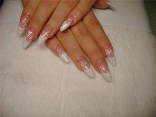 Маникюр акрилом, белый френч с белым рисунком на нарощенных ногтях
