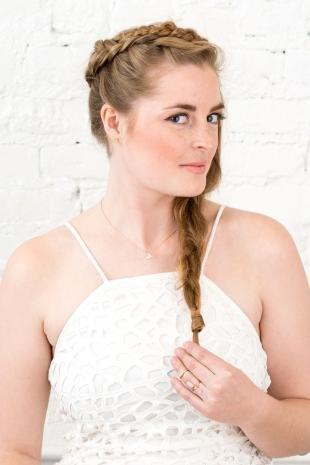 Золотисто русый цвет волос, прическа на выпускной с модными косами