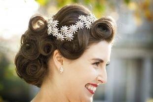 Свадебные прически с цветами, неотразимая свадебная прическа на средние волосы