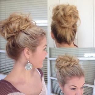 Бежевый цвет волос, прическа пучок за 5 минут