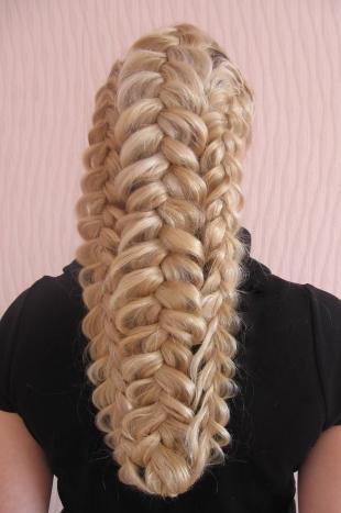Цвет волос скандинавский блондин, необычный вариант прически с косами