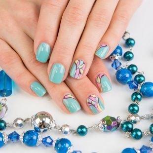 Дизайн ногтей, бледно-голубой маникюр гель-лаком