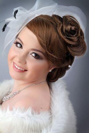 Шоколадно коричневый цвет волос на длинные волосы, свадебная прическа с буклями, украшенная вуалеткой