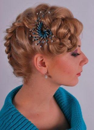 Медовый цвет волос, коктейльная прическа со сложным плетением