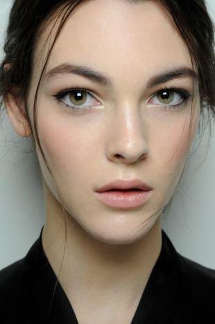 Макияж для шатенок с зелеными глазами, незаметный макияж на 1 сентября