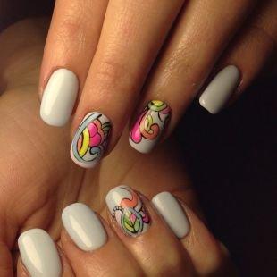 Нарощенные ногти, белый маникюр с необычными рисунками