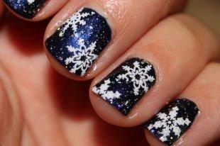 Рисунки на черных ногтях, новогодний маникюр со снежинками