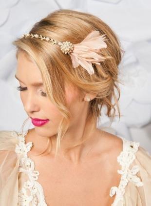 Цвет волос медовый блонд, прическа нс ободком для невесты