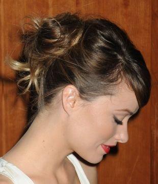 Натурально русый цвет волос, прическа пучок для тонких волос средней длины