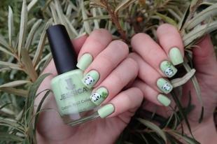 Зеленый маникюр, дизайн ногтей с переводными наклейками - панды