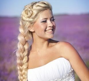 Молочный цвет волос, модная прическа с косами на выпускной