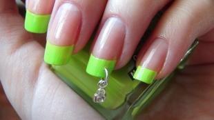 Зеленый френч, салатовый френч с сережкой для ногтей
