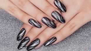 Матовый маникюр, черный дизайн ногтей с серебристым узором