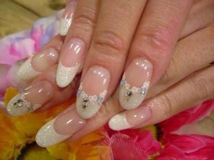 Дизайн ногтей с блестками, свадебный френч с узором и стразами