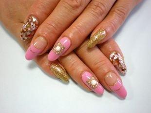 Голливудский маникюр, розовый маникюр с золотистым декором и разноцветными металлическими кружочками