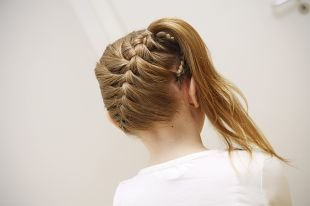 Прически с плетением на выпускной на средние волосы, детская прическа на выпускной с косой и хвостом