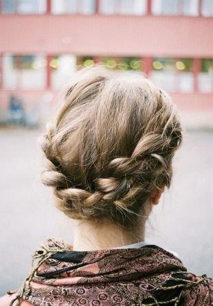 Мышиный цвет волос на длинные волосы, простая прическа с косами