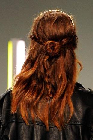Причёски с распущенными волосами, прическа на последний звонок в стиле «романтик»