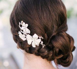 Кофейный цвет волос, свадебная прическа, украшенная заколкой