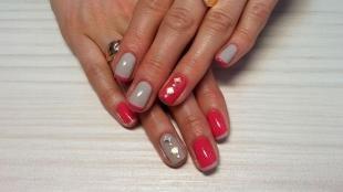 Короткий френч, дизайн ногтей со стразами