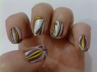 Необычный маникюр, водный маникюр в светлых тонах на коротких ногтях