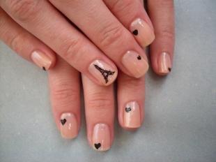 Черные рисунки на ногтях, бежевый маникюр с черными сердечками и эйфелевой башней