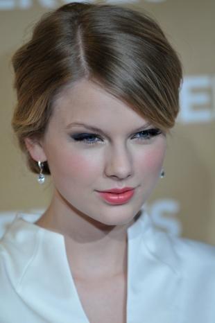 Яркий макияж для голубых глаз, вечерний макияж с коралловой помадой