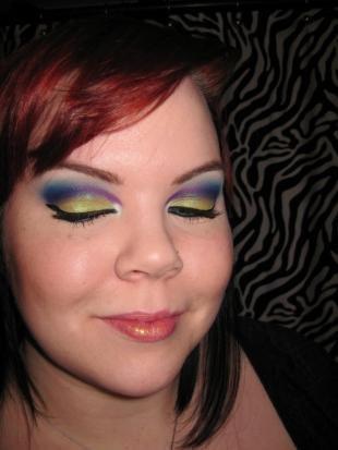 Авангардный макияж, разноцветный макияж для серо-голубых глаз