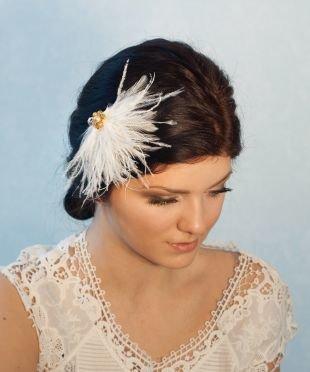 Темно шоколадный цвет волос на длинные волосы, свадебная прическа, украшенная заколкой с перьями