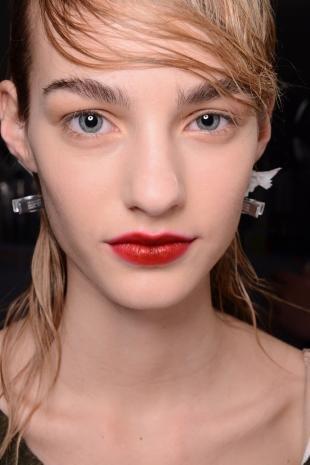 Макияж для блондинок с красной помадой, модный макияж с эффектом небрежных бровей