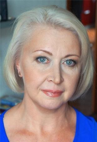 Макияж для голубых глаз под голубое платье, возрастной макияж