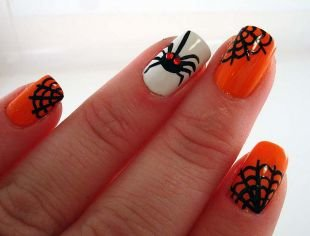 Необычные рисунки на ногтях, оранжево-белый маникюр с пауком и паутиной