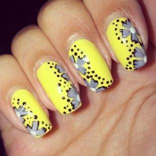 Простейшие рисунки на ногтях, желтый маникюр с серыми цветами и черным горошком